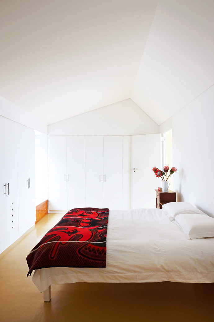 The main bedroom is filled with light when the shutters are open, but when the shutters are closed itbecomes completely dark – exactly the way Ilze and Heinrich like it.