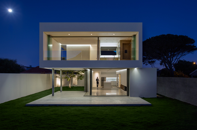 When you live in a warm climate like ours, there's nothing like having a house that allows your indoors to expand and blend with the outdoors. This ultra-modern house in Cape Town's southern suburbs does just that.