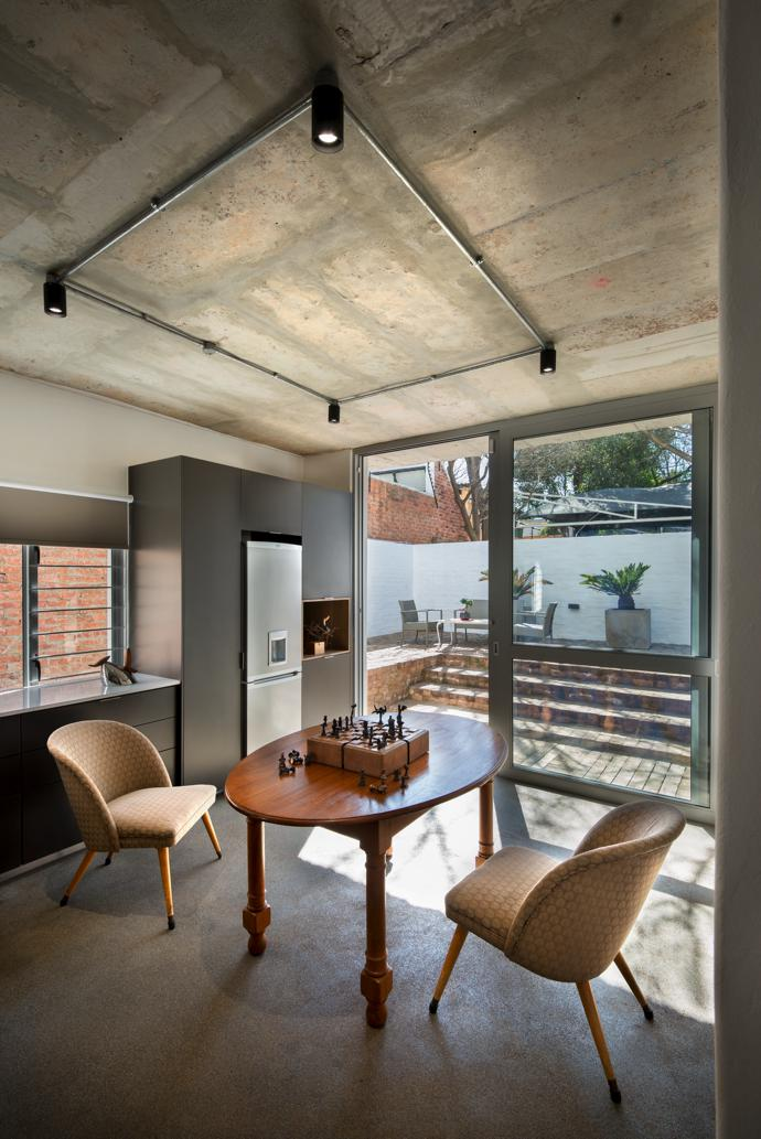 The self-contained fl at in the building opens onto a private courtyard.