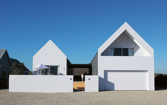 The house is H-shaped, with wings that create wind-free sea- or fynbos-facing entertaining depending on which way the wind is blowing.