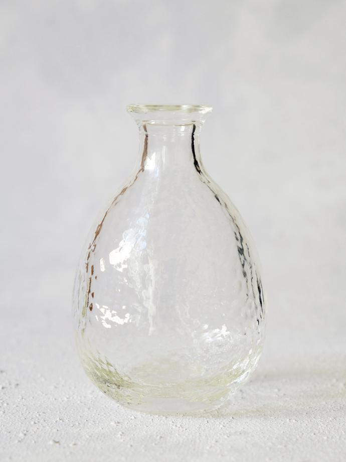 Hand-blown glass sake carafe by Tsugaru Vidro, R320. Tsugaru Vidro is a glass blowing factory in Aomori Prefecture. The textured glass allows for cooling or heating sake to retain its temperature and is ideal with a 3-cup glass set.