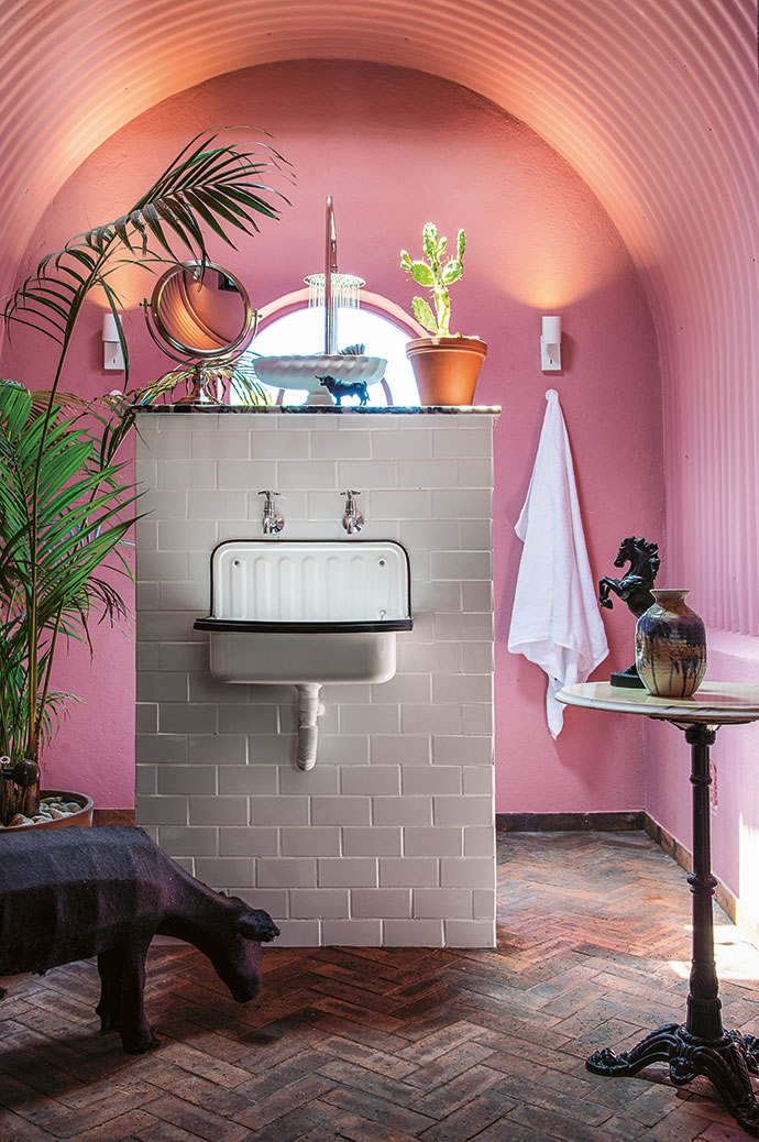 The guest bedroom's pink en-suite wet room has a vaulted ceiling – because Etienne loves an arch.
