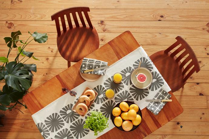 8 Skinny laMinx Sunshine Table Runner Graphite