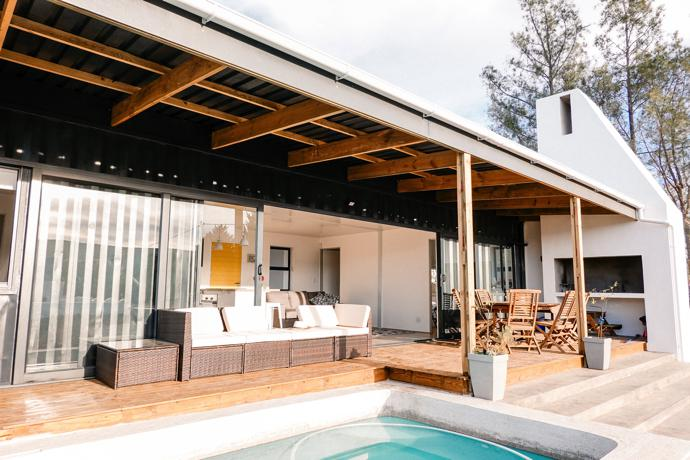 The braai chimney is a prominent sculptural element of the architecture. The McGregor Heritage Society recommends that new homes be built in the Cape vernacular village style to preserve the architectural character of the town.