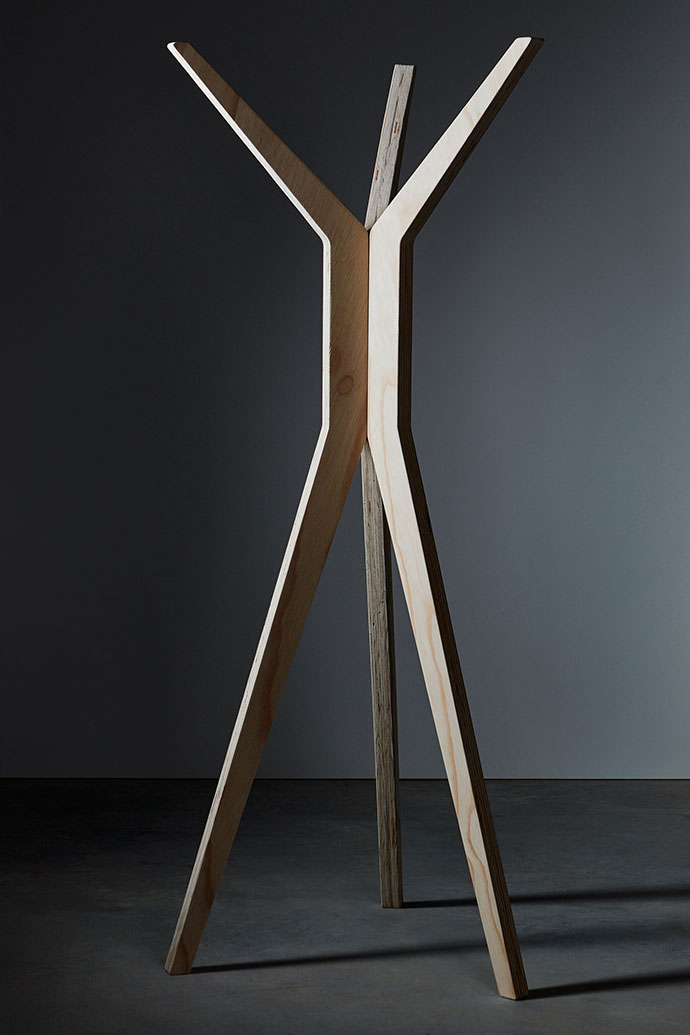 Daniel makes the Kapstok hatstand of either birch plywood or solid oak.