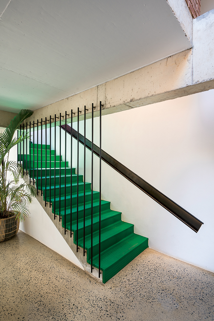 Materials are deployed in unexpected yet practical ways. The staircase, clad in LEGO green PVC  oor mats, is in keeping with the design vernacular, and provides a much-needed non-slip surface for the kids.
