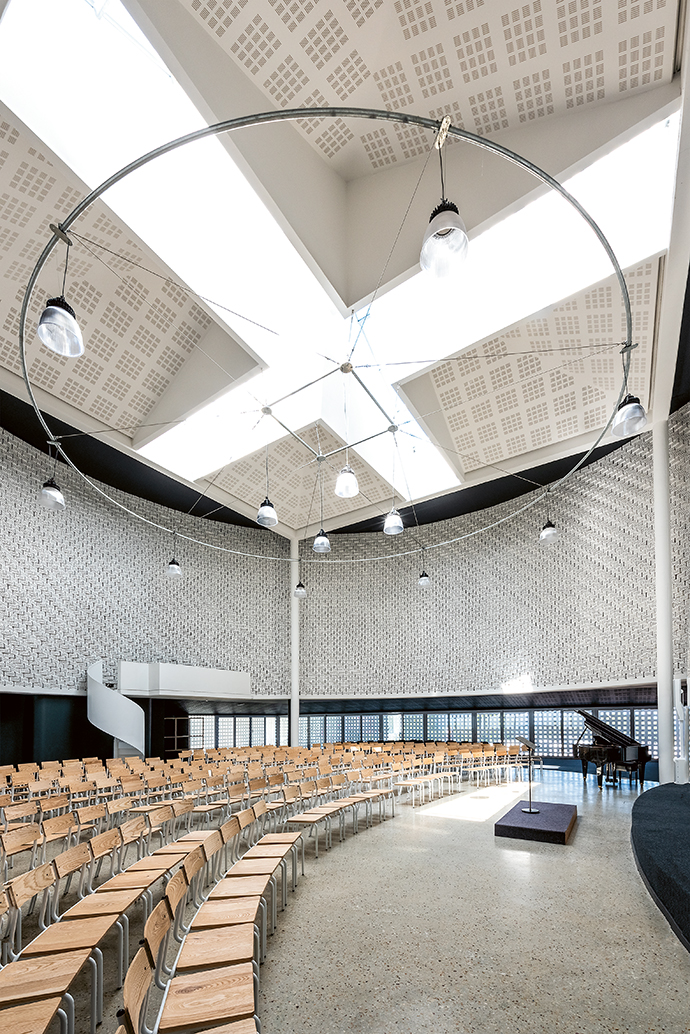 The dramatic vertical dimensions of the space allow the orator to be no more than 15 metres away from the audience.