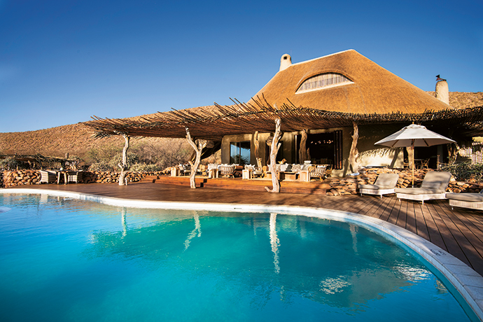 An organically shaped rim-flow pool, traditional thatch roofing and savannah colours allow the ultra-luxurious lodge to remain unobtrusive amid its spectacular natural surroundings.