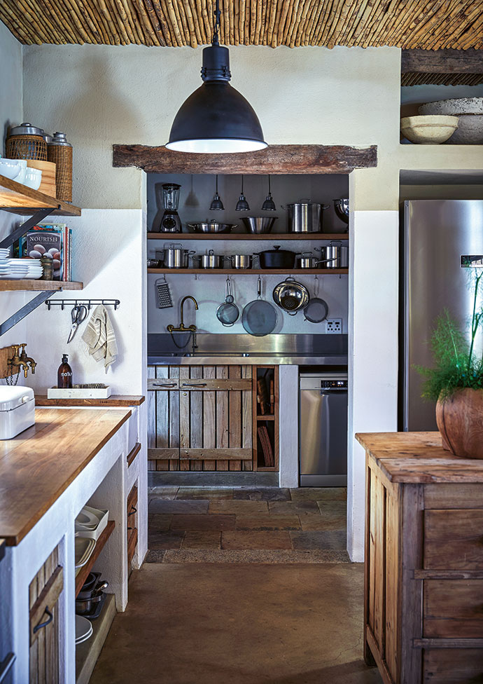 All counters are built in, with sandblasted wooden shelves and customised steel brackets.