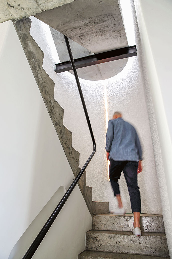 The elegant curved staircase leads to the bedrooms and the roof terrace.