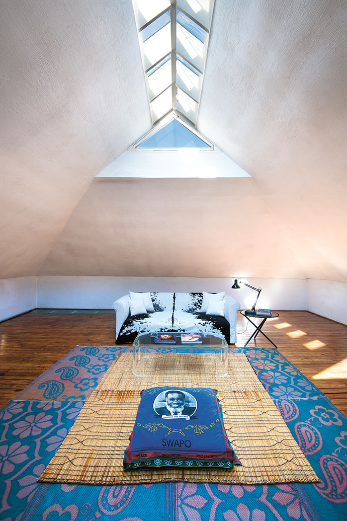 A lofty studio flooded with natural light was added above the living quarters where renowned architect Michael Sutton lived, and was designed by Sutton himself for its current owner.
