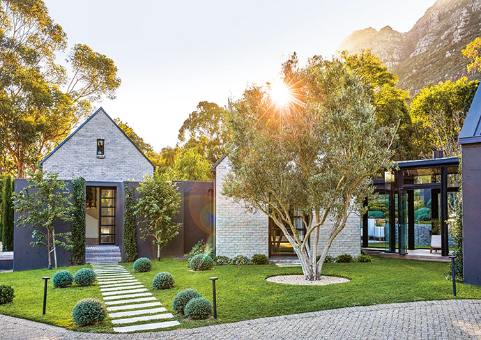 Architect Francois Swart of PADIA was inspired by barn structures from the USA and South Africa. The design allows personal living, guest and office spaces to be tight-knit yet informally separated.
