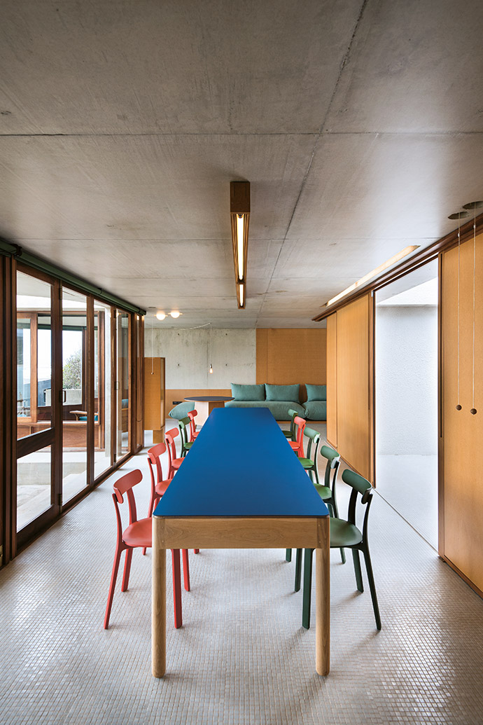 Viewed from the kitchen, the long dining table, flanked by chairs by Créma, looks particularly impressive.