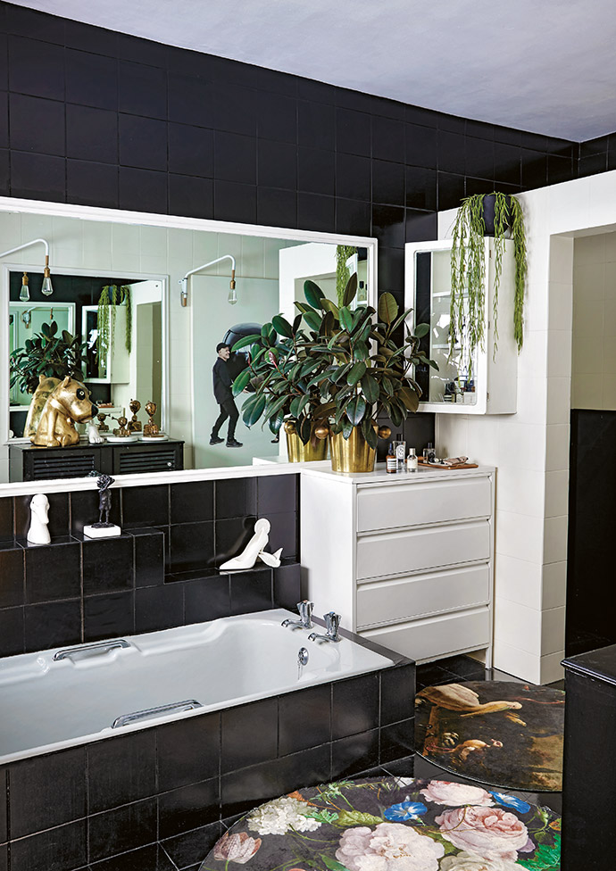 Tracy used graphic black and white to update the en-suite bathroom. The floors were primed and painted with glossy black Velvaglo, with mats from Bali Trading providing a splash of colour.