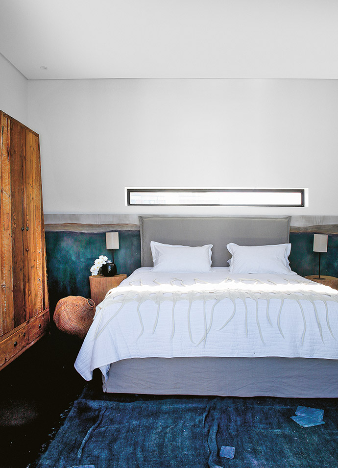 Earthy textures and artisanal textiles in the bedroom serve to emphasise the link to the natural beauty of the site.