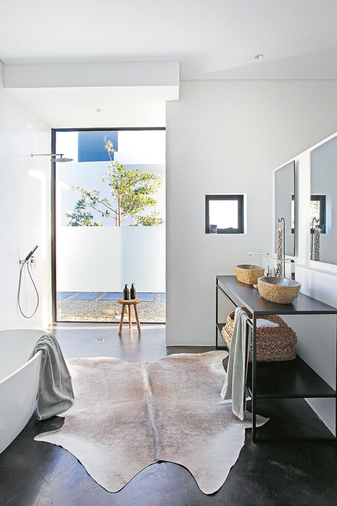 Evi considers a sense of space and immersion in nature to be the ultimate luxuries, and seeks to optimise these qualities in her projects – even the bathroom is generously proportioned, with an outdoor element.