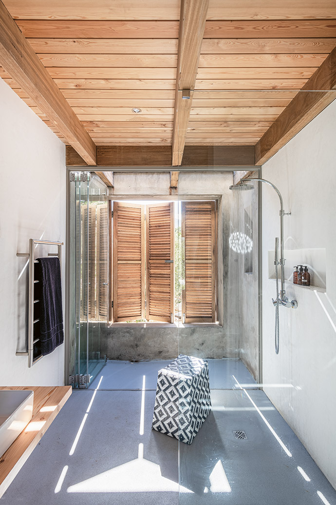 Clean, elegant lines ensure the en-suite bathroom retains a sense of pared-down functionality.