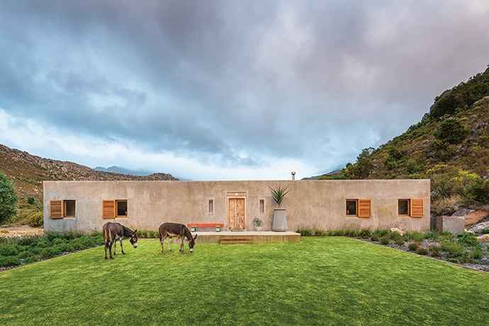 Sensitivity to the original kraal structure has resulted in perfect symmetry and low-slung luxe.