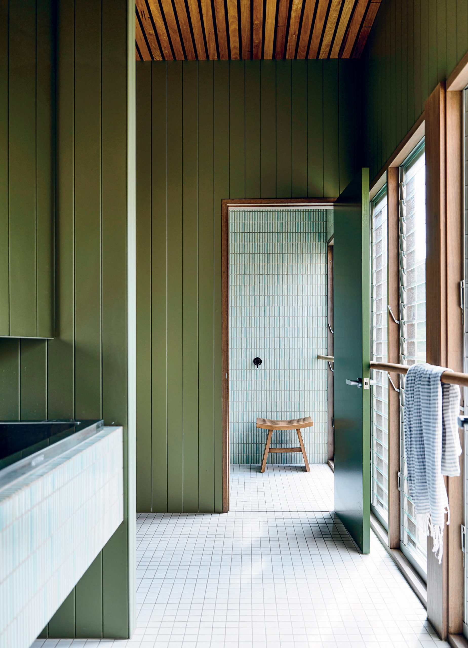 The communal bathroom was inspired by the multifunctionality of a caravan park shower, but executed in a refined way.