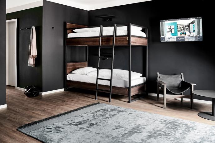 Groners Leipzig Hostel 4-Bett Zimmer Teppich Mantel quer