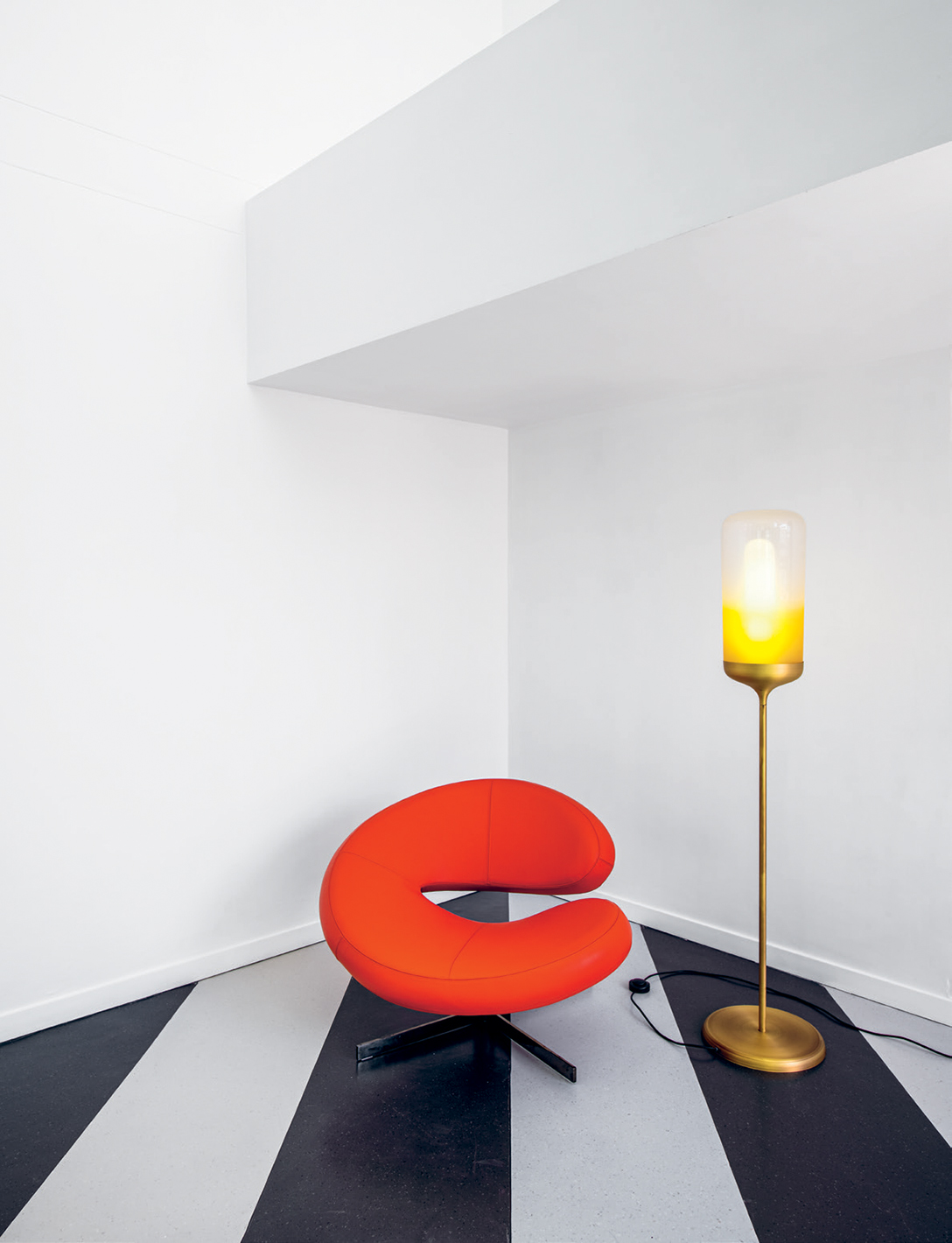 The Nuage chair by Roberto Tapinassi and Maurizio Manzoni and the Cisterna lamp are both from Roche Bobois.
